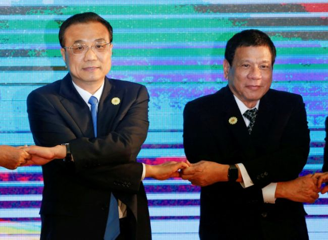Chinese Premier Li Keqiang and Philippines President Rodrigo Duterte pose for photo during the ASEAN Plus Three Summit in Vientiane