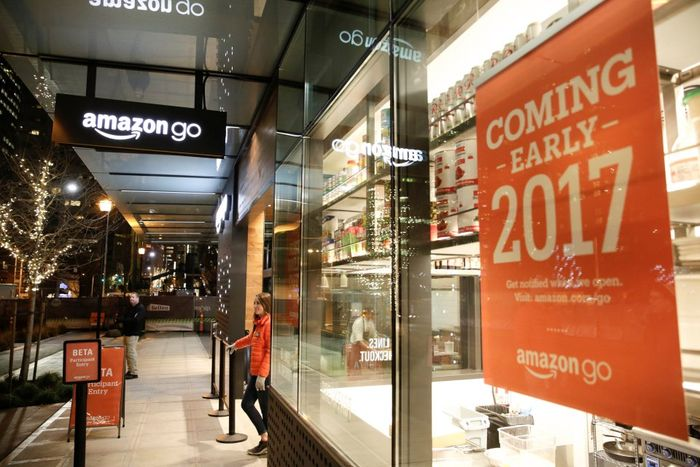 Smart_Intellectual_Shop_Future_Without_Live_Sellers_Cashier_Queues_Created_Amazon_Company