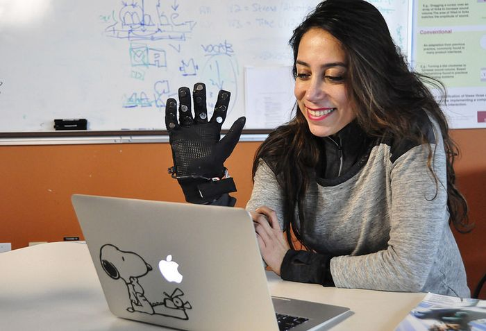 Flex-N-Feel_Gloves_SPread_Human_Possibilities_Long_Distances_Communication_Touch