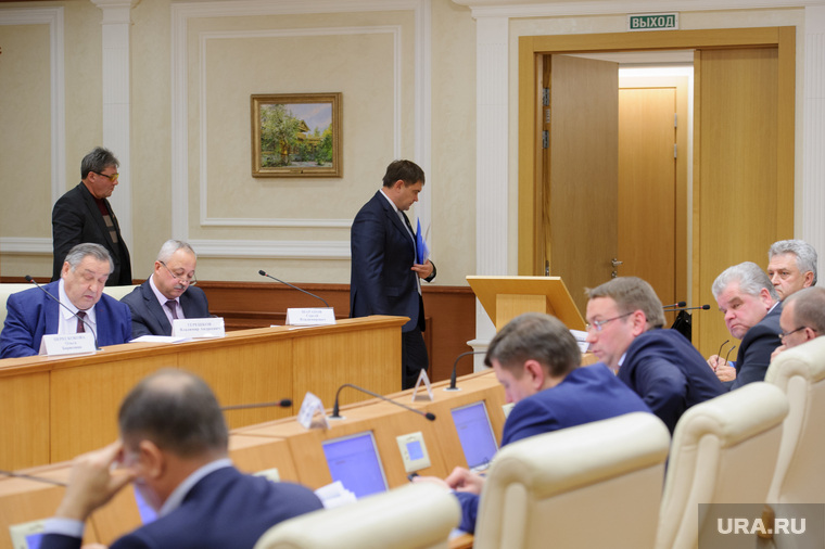 The_Minister_played_with_the_deputies_in_the_sea_battle,_and_the_mayor_hid_ATV