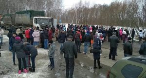 Residents_of_Kolomna_for_a_week_do_not_allow_garbage_trucks_to_drive_to_the_dump