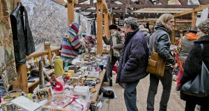 Kings_flea_markets:_who_carries_Antiques_in_Moscow