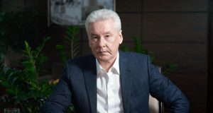 The_operator_took_an_interview_with_Sobyanin,_hanging_noodles_on_his_ears